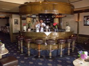 Barkeeper schüttelt Coktail hinter dem Tresen